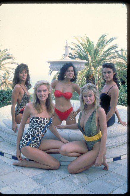 派翠西亞琪馥(左二)和其他出現在「黎明生機」的泳裝美女。圖/摘自Pinteres...