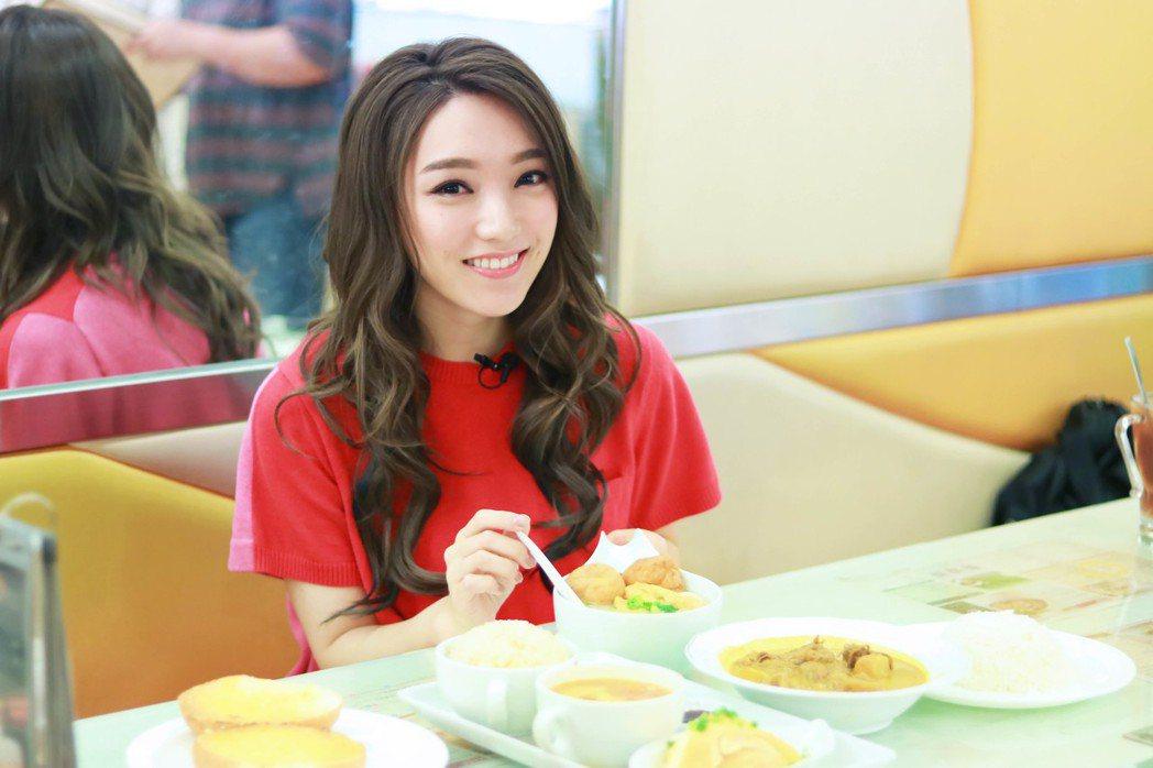 閰奕格赴香港宣傳帶工作人員回味中學記憶。圖/華研提供