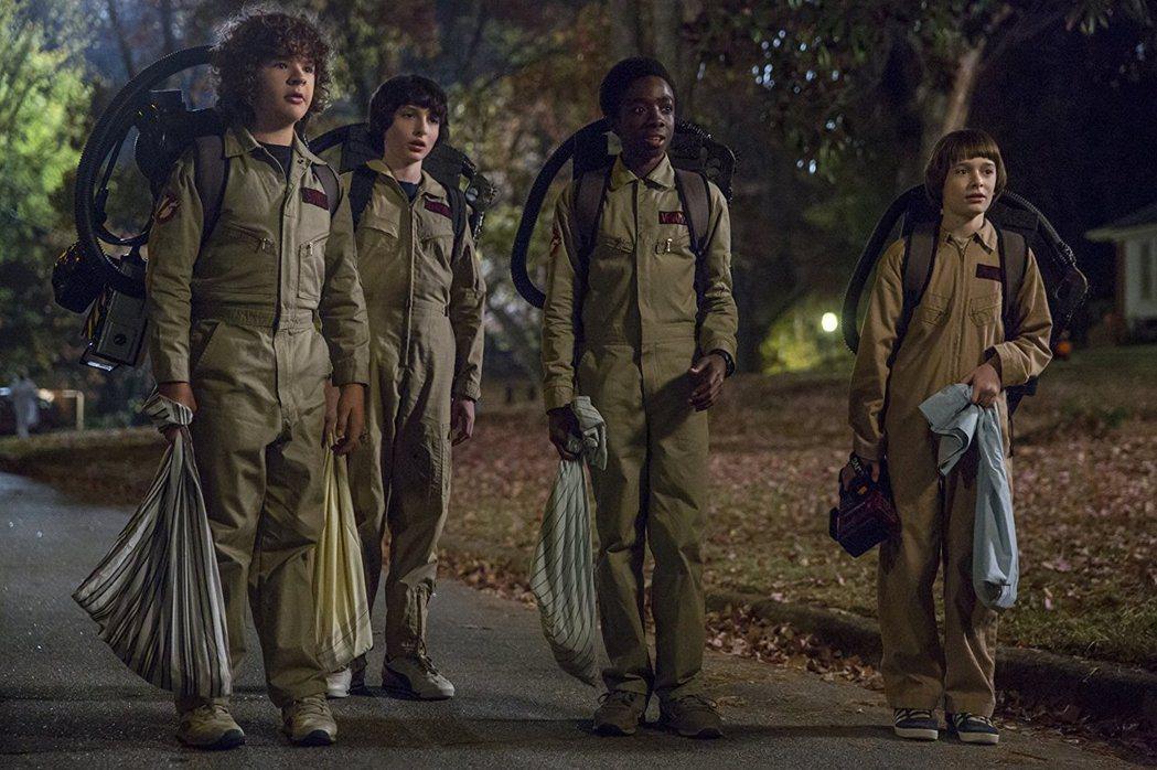「怪奇物語」小男主角們換上「魔鬼剋星」制服。圖/摘自imdb