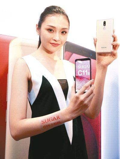 SUGAR昨天推出兩款手機,主打18:9全螢幕設計,搭配美顏效果。 記者程宜華/...