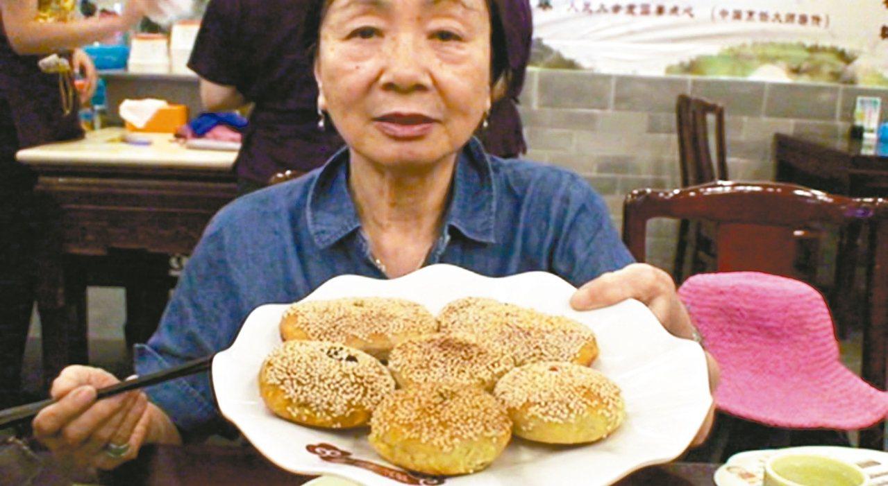 媽媽像小孩一樣展示她最愛的各色酥餅。 記者童一寧/攝影