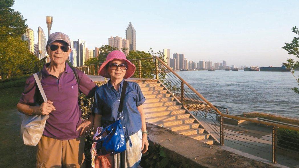 老家找不到了,媽媽只能在蕪湖的長江邊留影。 記者童一寧/攝影