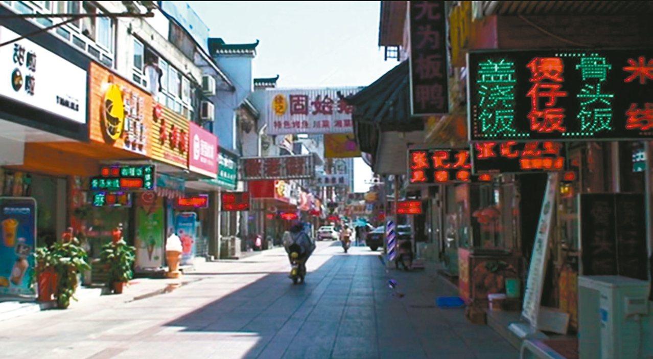 蕪湖的鳳凰美食街中午時分竟然幾乎沒有人潮。 記者童一寧/攝影