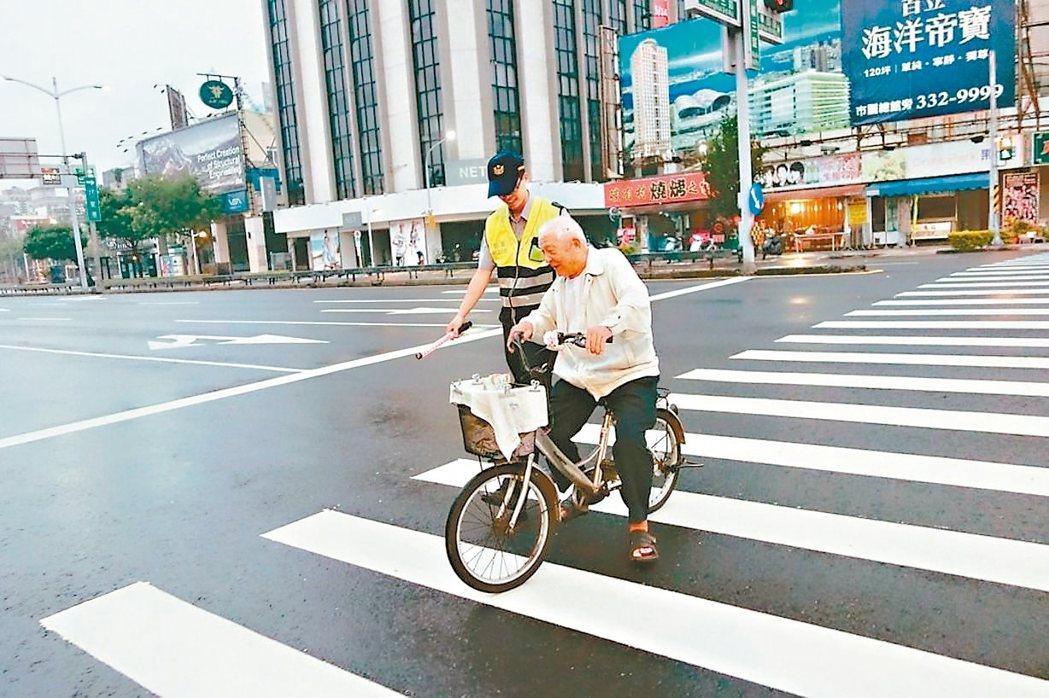 北市2013年至去年老人交通事故數,從3555件增加到4994件。 圖/報系資料照