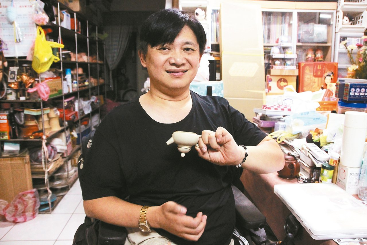 陶藝家莊青一投入陶瓷30年,近年研發出不會脫蓋的茶壺。 記者魏翊庭/攝影
