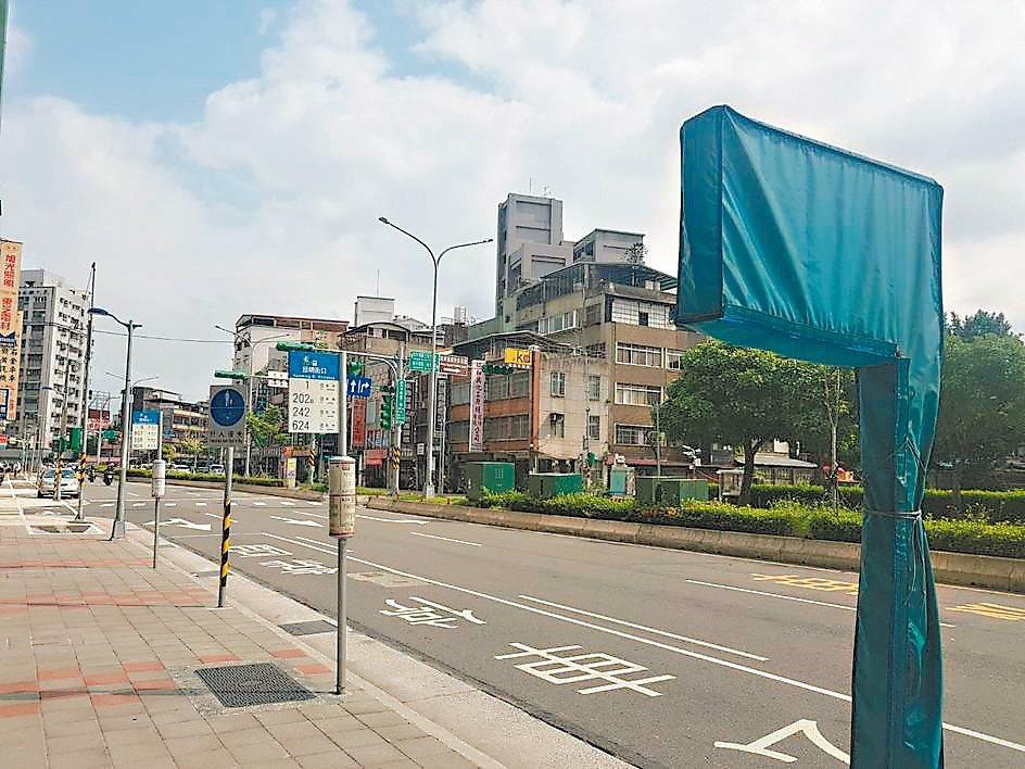 台北市推動智慧公車站牌,但有28處興建完成卻因台電還沒供電,無法使用。 記者翁浩...