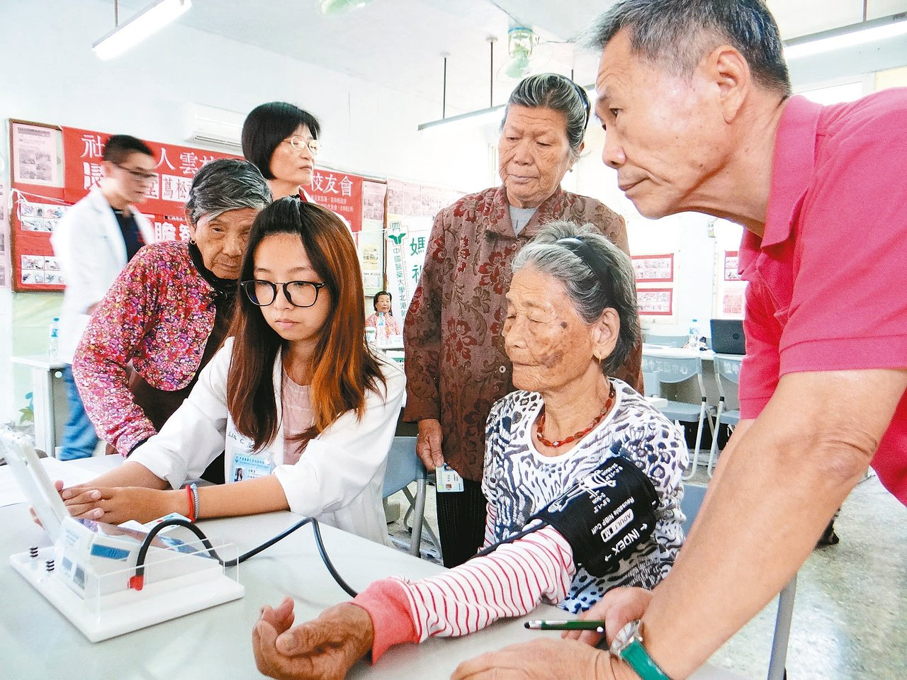 雲林縣北港媽祖醫院研發遠距醫療APP雲端系統,可讓老人把每天血壓傳到醫院,老人家...