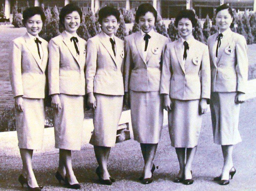 中興新村一甲子文物展出金馬號車小姐照片,她們當年被視為是很時尚的一群。 記者張家...