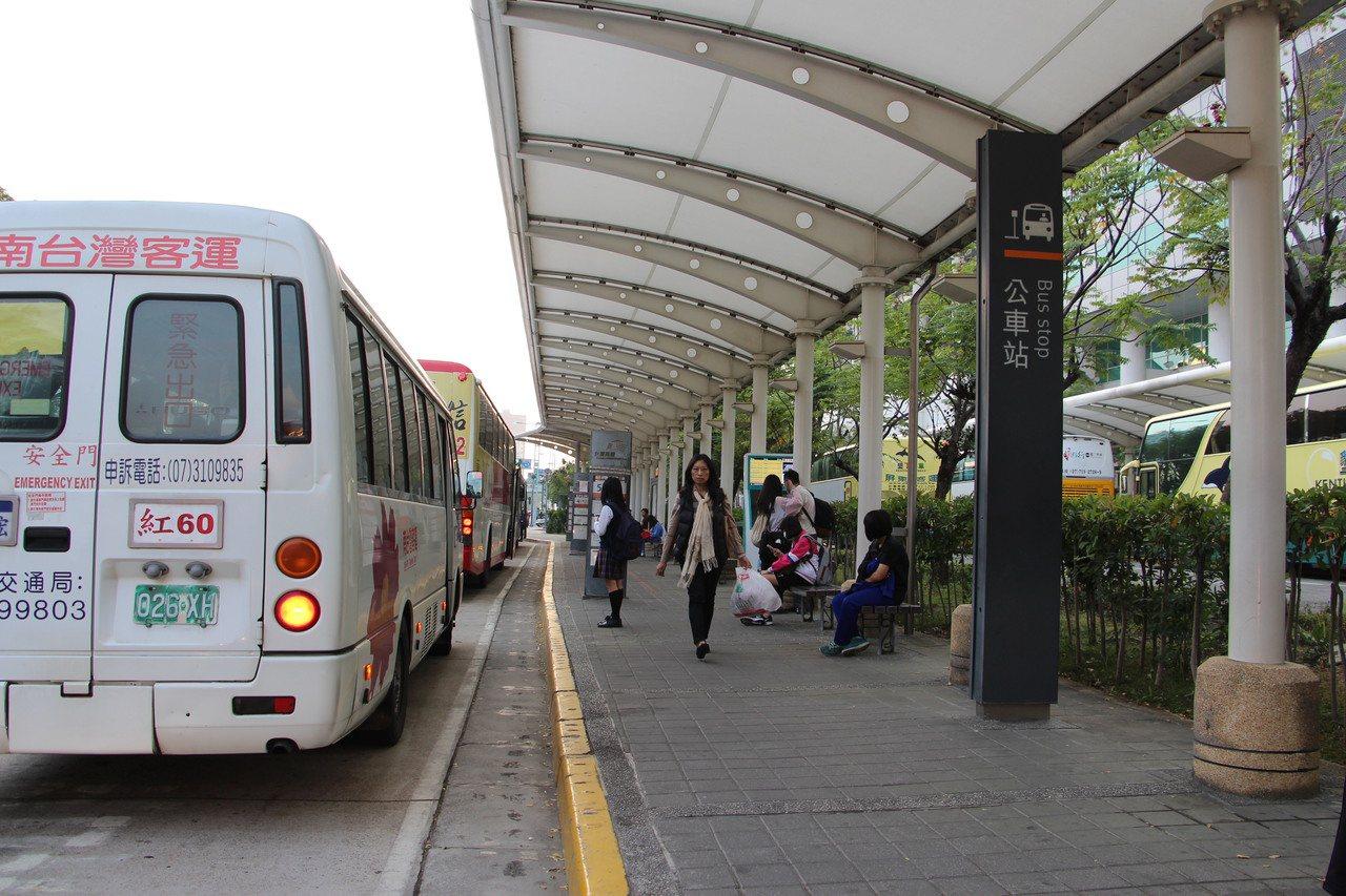 高雄市公車搭乘率低,是否需要雙節巴士,引發質疑。 本報資料照片