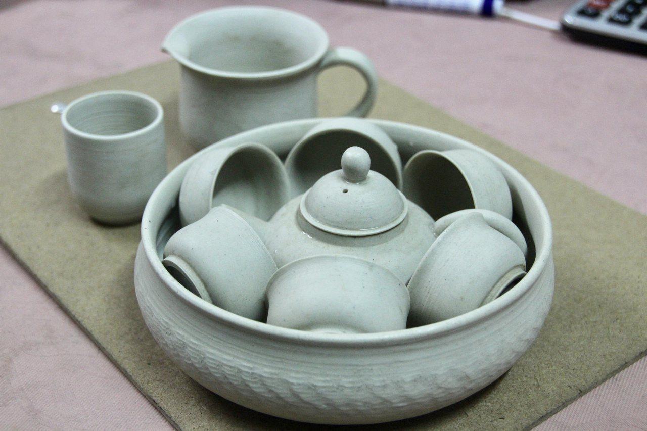 陶藝家莊青一認為「泡茶就要優雅」,研發這組超薄陶瓷,放在水中還會飄起。記者魏翊庭...