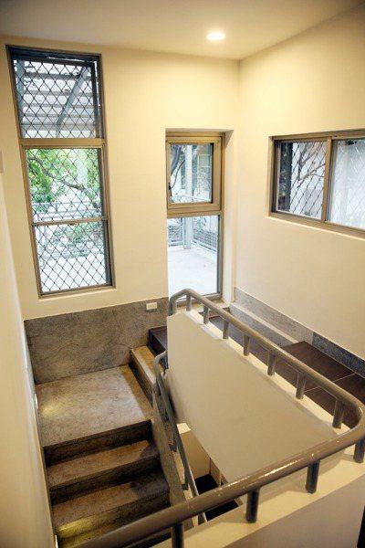 北投哇哈哈互助家庭有樓梯,但沒有電梯,委辦單位擔心失智長者出入不便。 記者邱德祥...