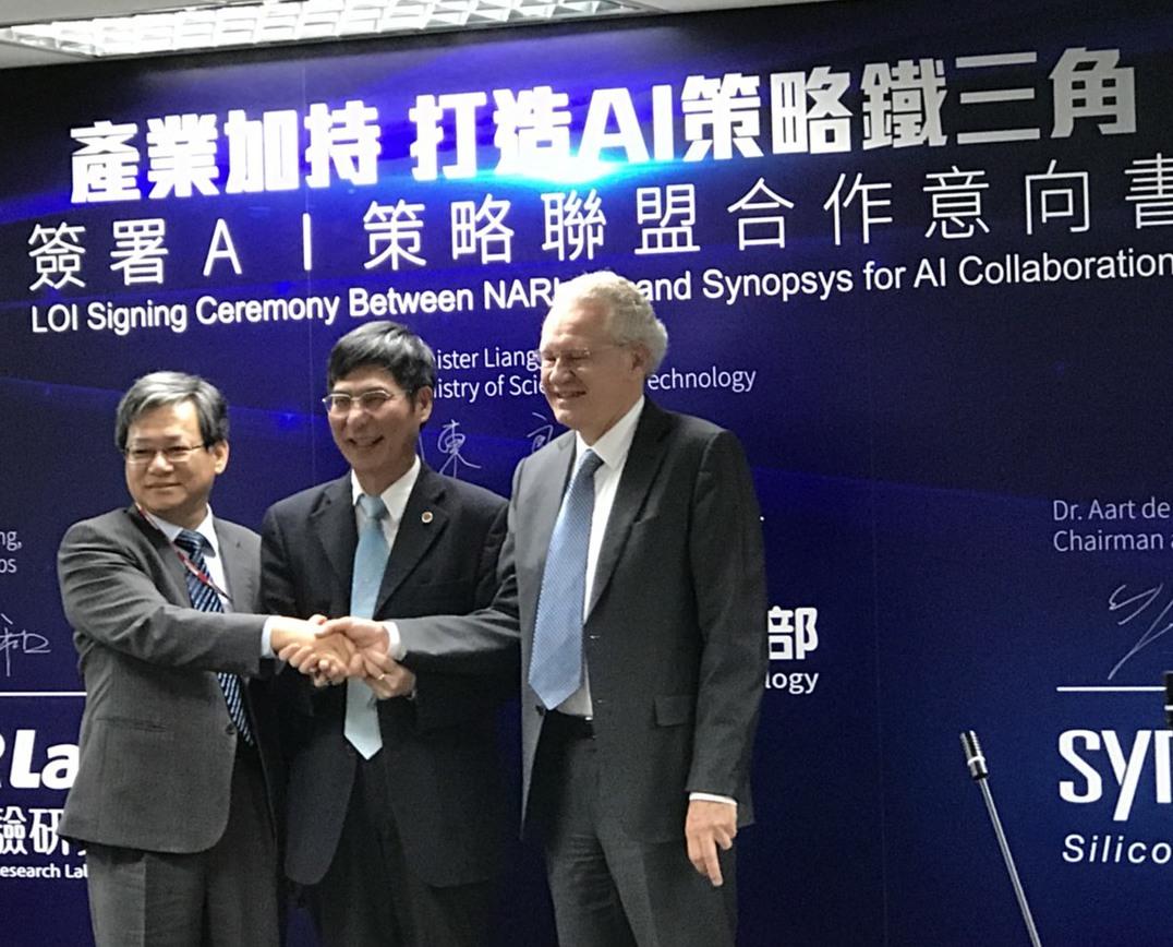 科技部24日宣布與全球半導體設計軟體大廠新思科技簽署合作意向書,圖左起為國研院長...