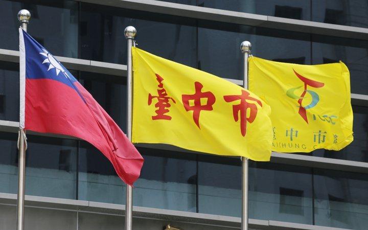 黃底紅字的「臺中市」旗被酸是全國最醜。 圖/市府新聞局提供