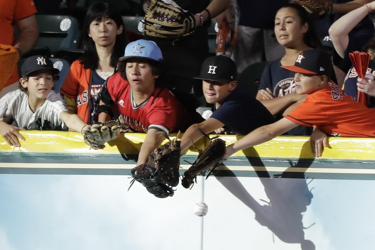 到現場看球想搶打上看台的球,最好還是自備手套,並且隨時注意場上動態,以免被求擊中...