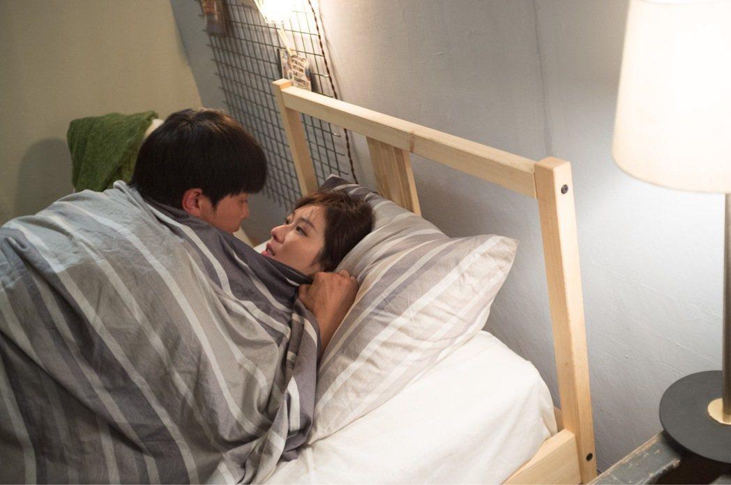 國泰醫院生殖醫學中心主任賴宗炫表示,季節的確影響生育。圖為小鬼丶張景嵐拍床戲。 ...
