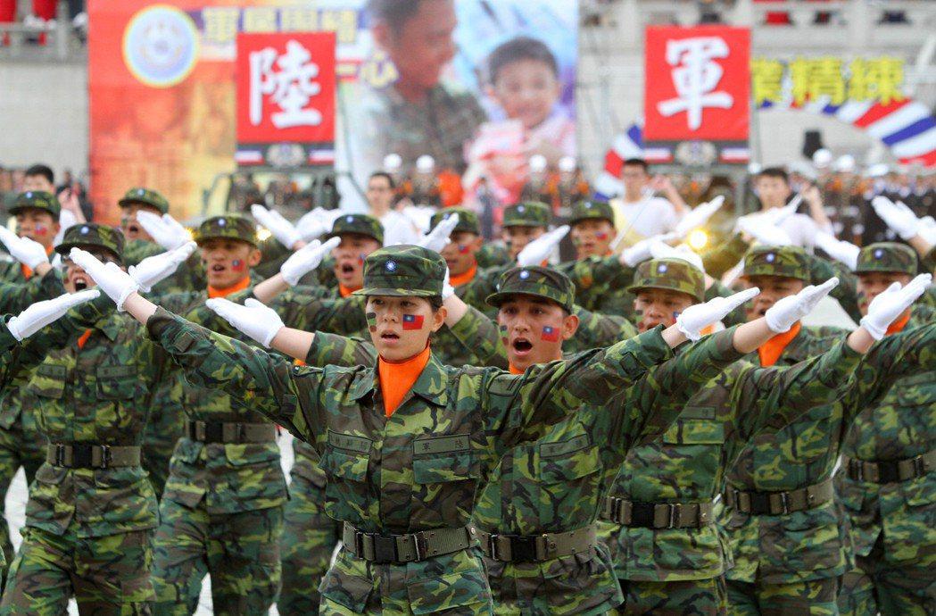 陸軍單位於軍歌觀摩活動中表演。報系資料照/記者陳俊吉攝影