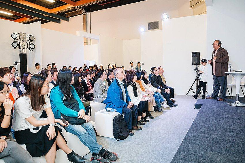 蕭瓊瑞與劉維公對談,滿場聽眾。 中華民國畫廊協會/提供