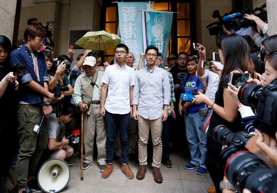 香港佔中領導人物黃之鋒和羅冠聰昨獲保釋後,即向媒體表示「無悔佔中」,會繼續抗爭,...