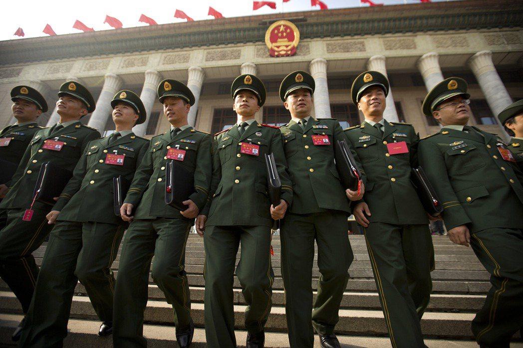 19大軍方中委大換血,八成五以上是新人,圖為解放軍黨代表24日前往開會。美聯社