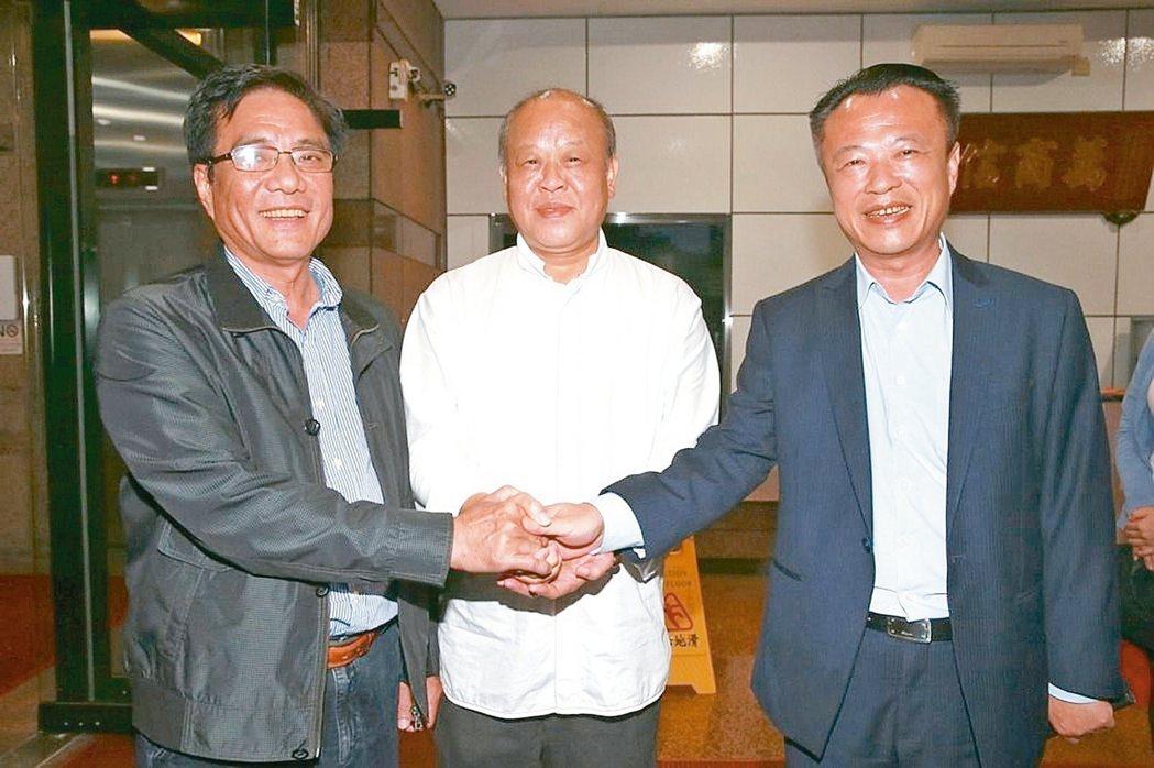翁章梁(右)的初選競爭對手議長張明達(中)太保市長黃榮利(左)表示以平常心看待。...