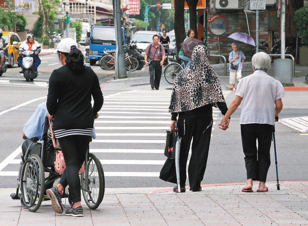 依據國發會預估,台灣老年人口2018年達到14%,已進入高齡社會,並且於2025...