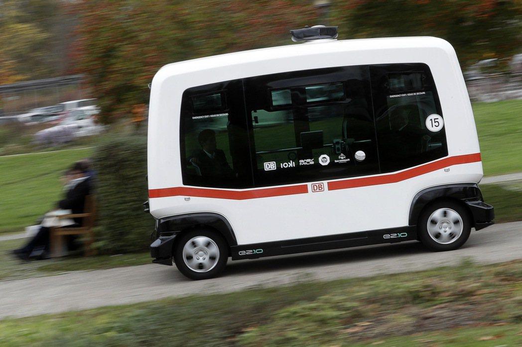 國營德國鐵路公司首部無人駕駛巴士25日上路,圖為自駕巴士在巴特比恩巴赫鎮(Bad...