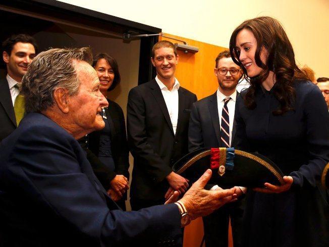 美國女演員希瑟林德與前總統老布希(George HW Bush)。 美聯社