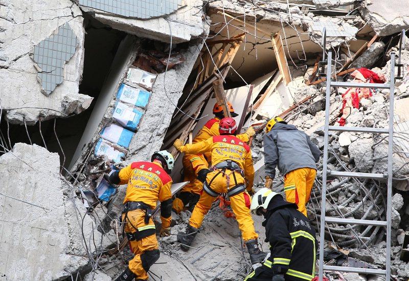 台南維冠大樓倒塌,您希望消防隊全力動員儘速將受困的災民救出,還是希望有些消防人因...