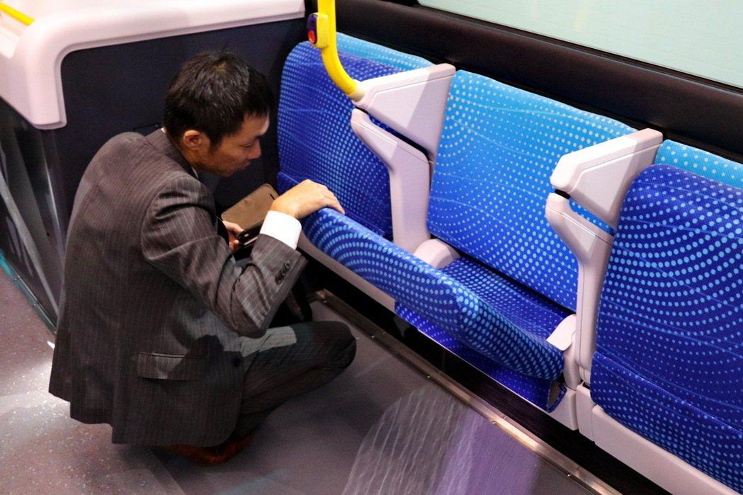 長椅在必要時可以收折或放下。 記者陳威任/攝影