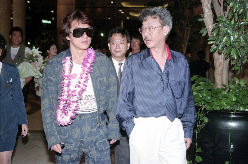 1992年,榮獲當年十大華裔傑出青年獎的影星成龍搭機來台參加頒獎典禮。圖為成龍(