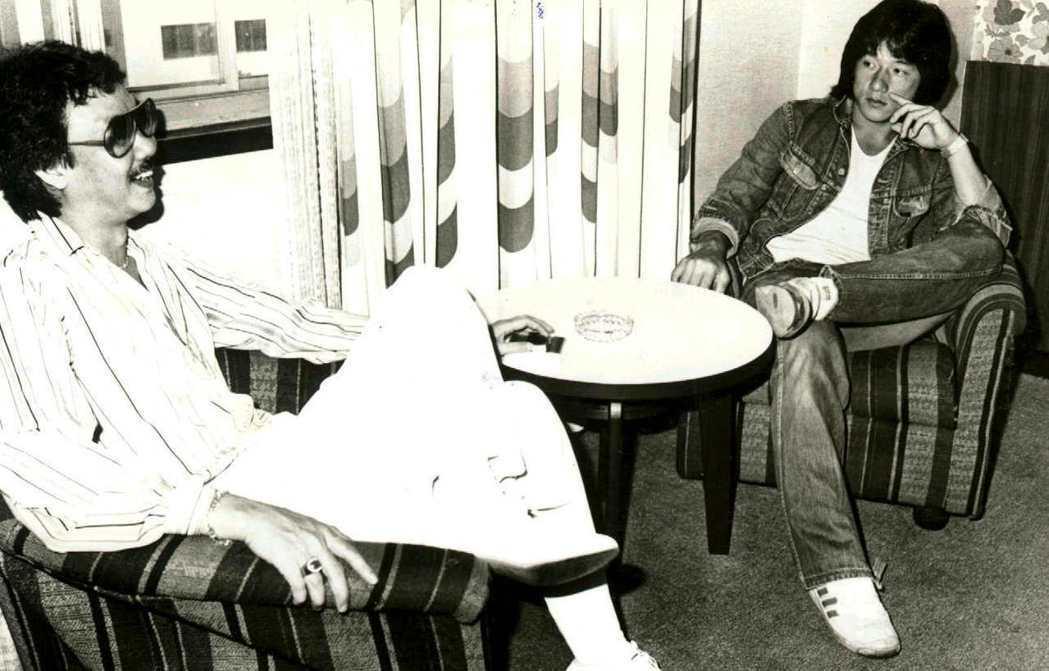 1981年時期的陳自強(左)與成龍。圖/聯合報系資料照