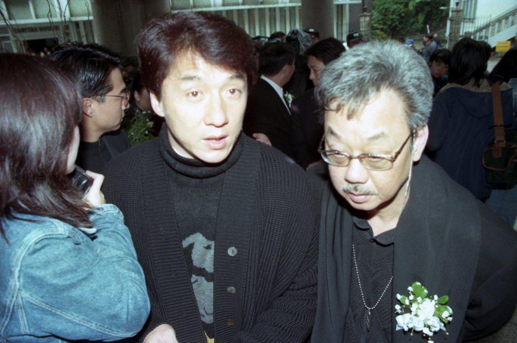 1995年時,林翠紀念彌撒在港堅道天主教聖母無原罪主教座堂舉行,成龍(中)與陳自...