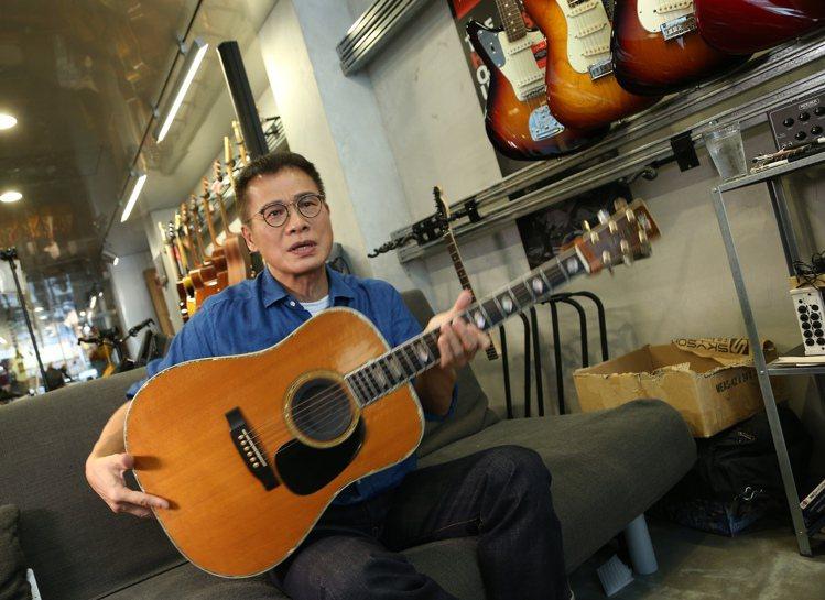 羅大佑在創作、在演出時,離不開鋼琴和吉他。圖/記者陳立凱攝影