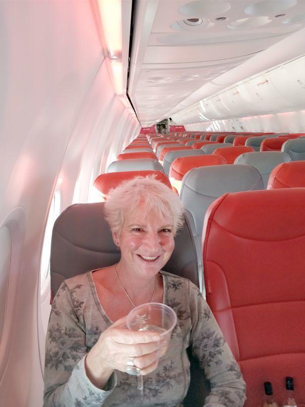 英國女作家葛里夫享受「包機」的VIP禮遇。 圖擷自mirror