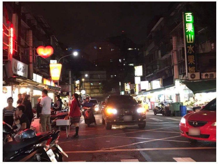 黑色汽車開到路中央,在黃色網狀線上的禁止臨時停車區,竟然打雙黃燈後大剌剌的停了下...