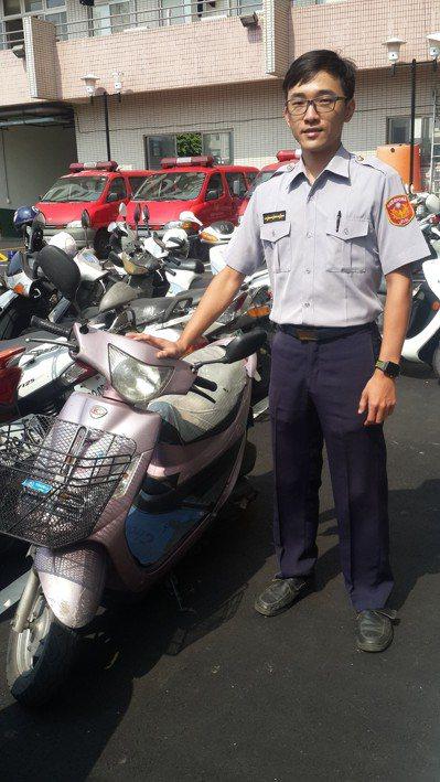 高雄市警員賴智聖,休假到彩券行買彩券中獎一千元,還在彩券行前找到被偷機車,順利偵...