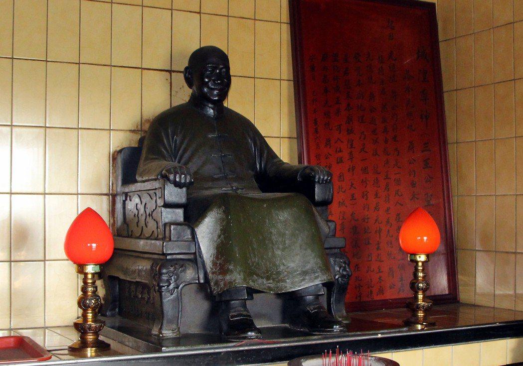 花壇金盾城隍廟供奉蔣公銅像。 記者林敬家/攝影