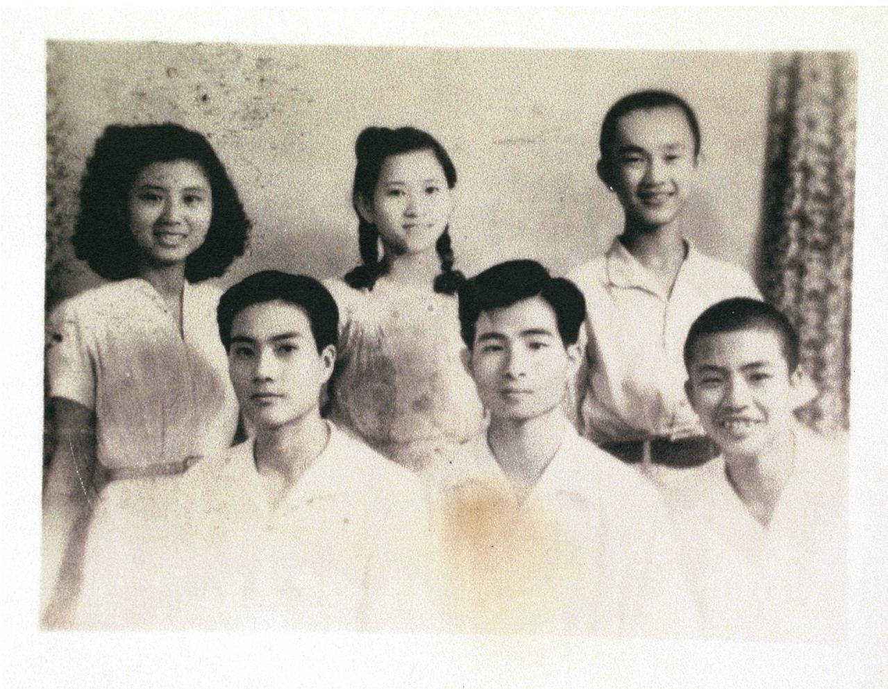 1950年的青年朋友們。後左起施水環、丁窈窕為郵局同事,前排左起張滄漢、吳東烈、...