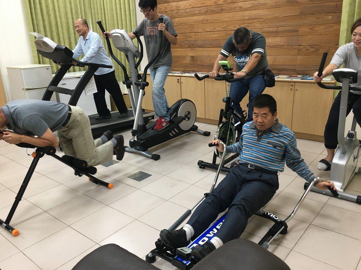 金山區公所今年特別添購了運動器材與設備,區長陳國欽(右一)帶頭與同仁一起訓練體能...