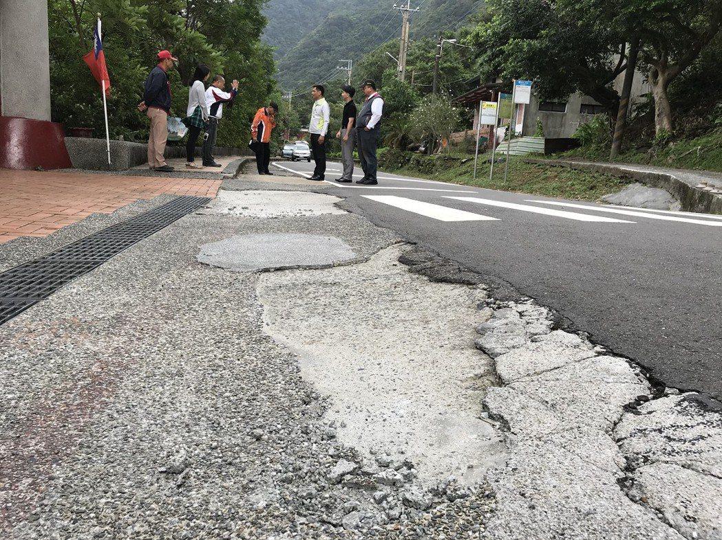 瑞芳區猴硐國小大門口前的路面破損嚴重,恐影響學童上下課的安全,經會勘區公所將在最...