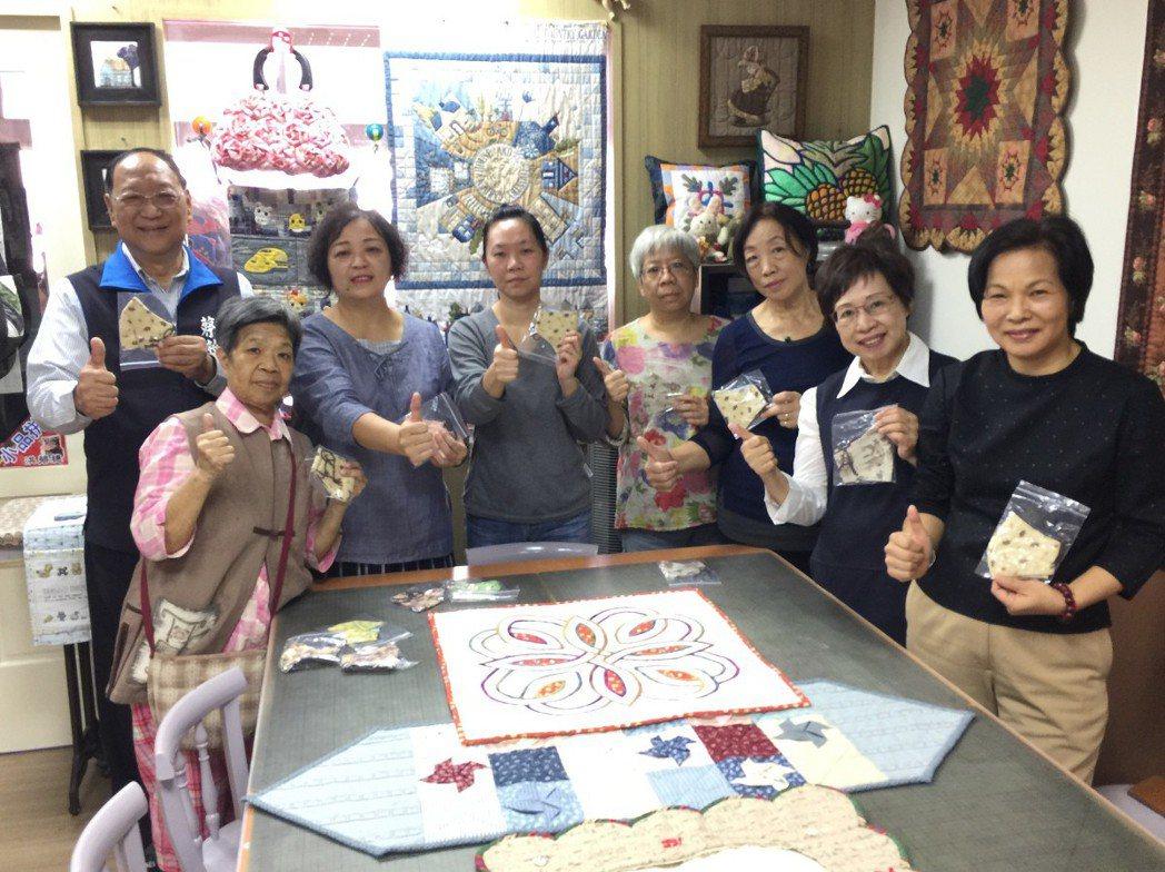 淡水熱心專業的拼布媽媽,用雙手裁縫出造型可愛的口罩,縫上卡通圖樣,要讓癌症病童們...