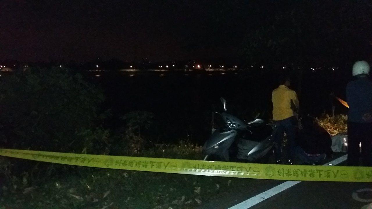 兩名釣客昨天晚間10點發現有人浮在蓄水池上,往下探尋發現為一名身穿雨衣的老翁。記...