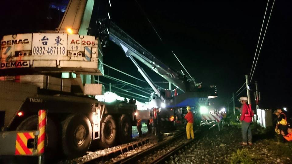 今天凌晨三民站全站封鎖斷電,讓大型吊車進入,進行吊掛搶修。圖/台鐵局提供