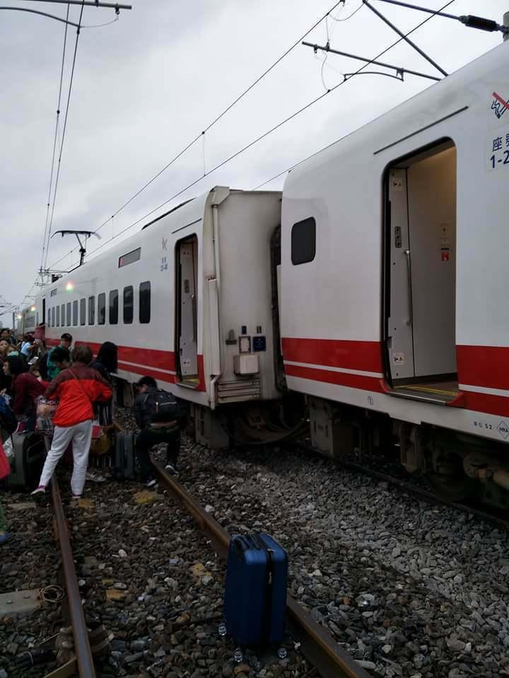 台鐵普悠瑪號昨在花蓮出軌。圖/讀者提供