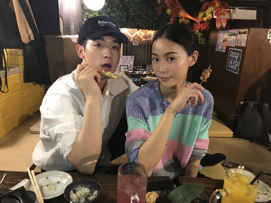 鍾瑤(左)和吳思賢趁赴日本宣傳到燒烤店大快朵飴。圖/三立提供