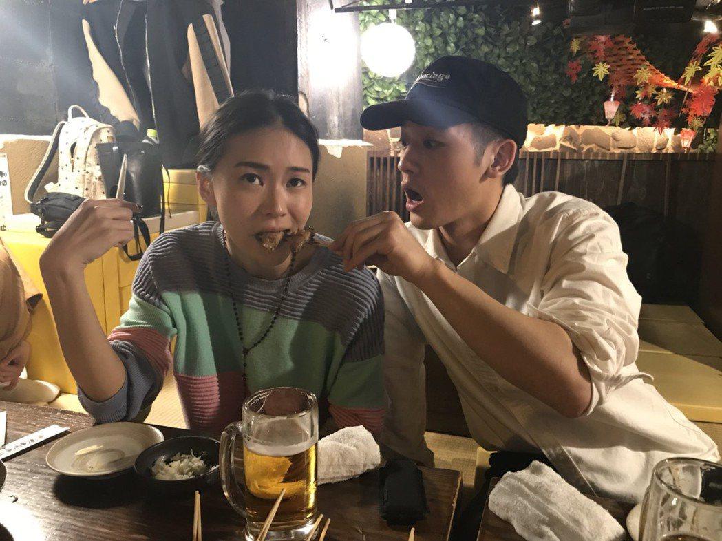 鍾瑤(左)和吳思賢趁赴日本宣傳到燒烤店大快朵飴。圖/三立提供(  ※ 提醒您:禁...