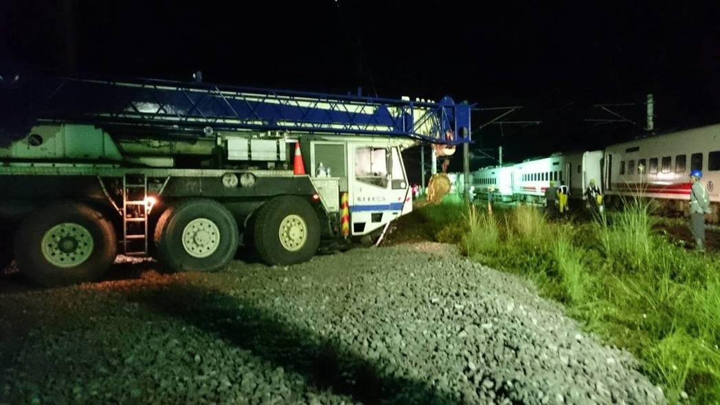 台鐵連夜吊掛,目前已移除3節車廂,另5節今晚繼續搶修。圖/台鐵提供