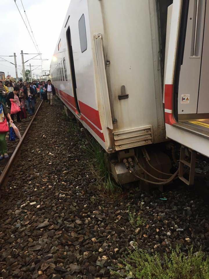一列普悠瑪號列車昨天下午在三民站發生出軌事故。圖/網友車太鉉提供