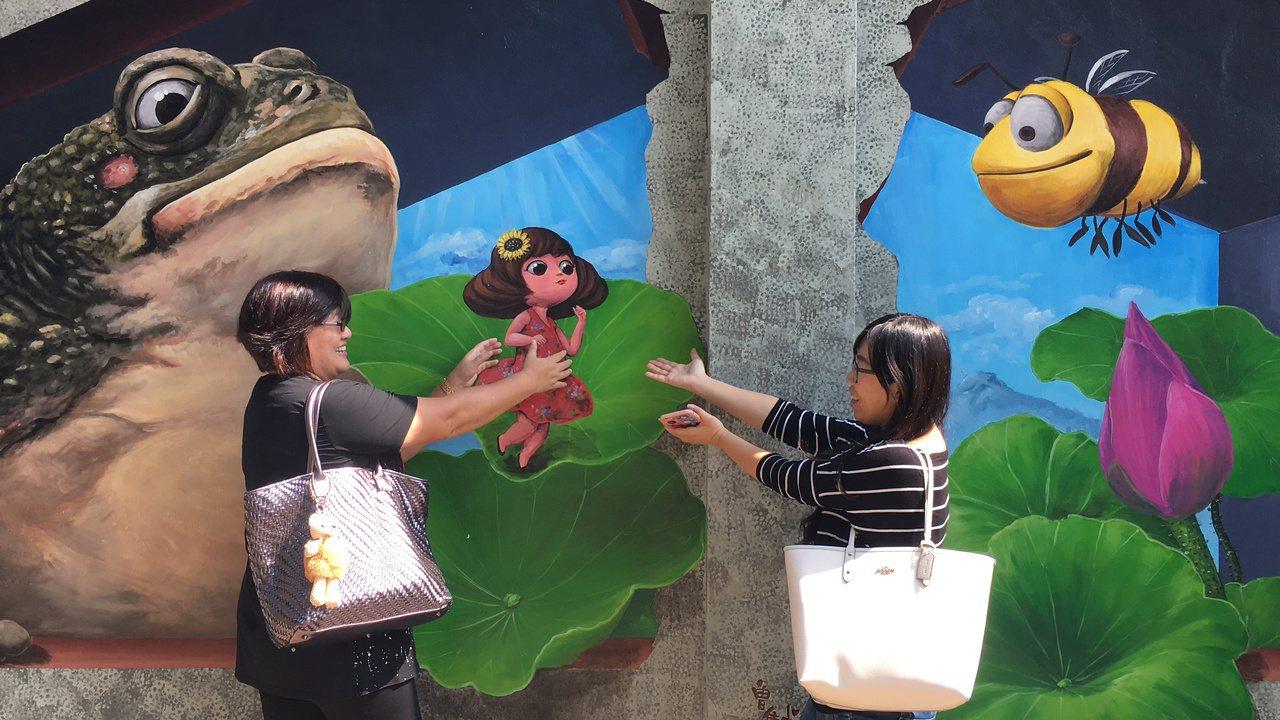 台中市石岡九房里的3D彩繪村,讓遊客童心大發,拍個不停。記者陳秋雲/攝影
