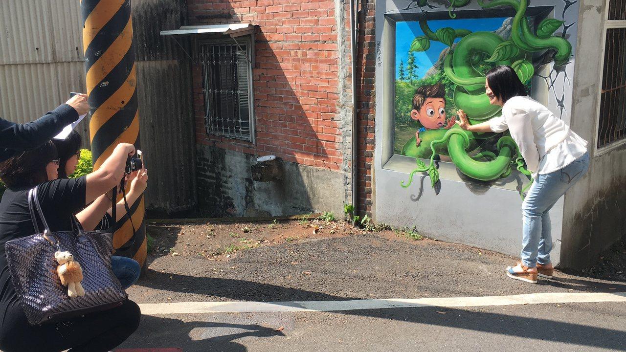 石岡九房里的3D彩繪村,走進村庄到處可見到遊客駐足與彩繪互動。記者陳秋雲/攝影